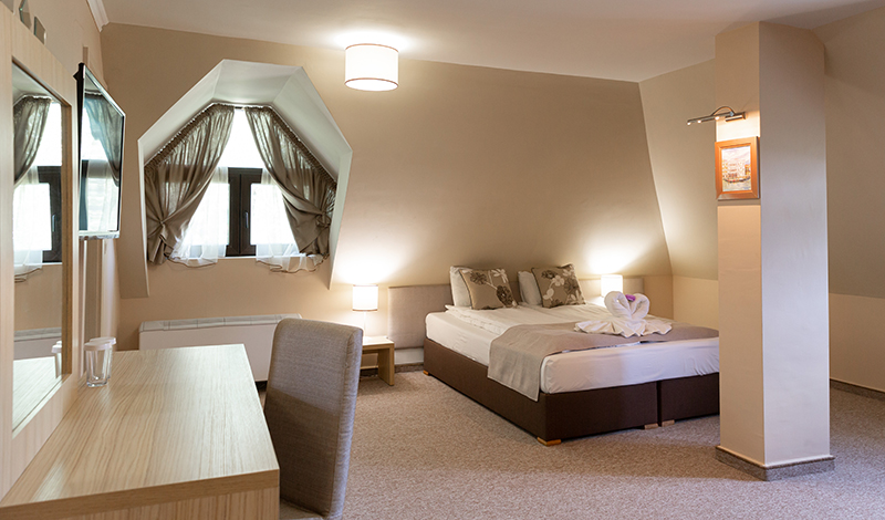 """Легло и работен кът в стая в защитено жилище за лица с психични разстройства """"Свети Рафаил"""""""